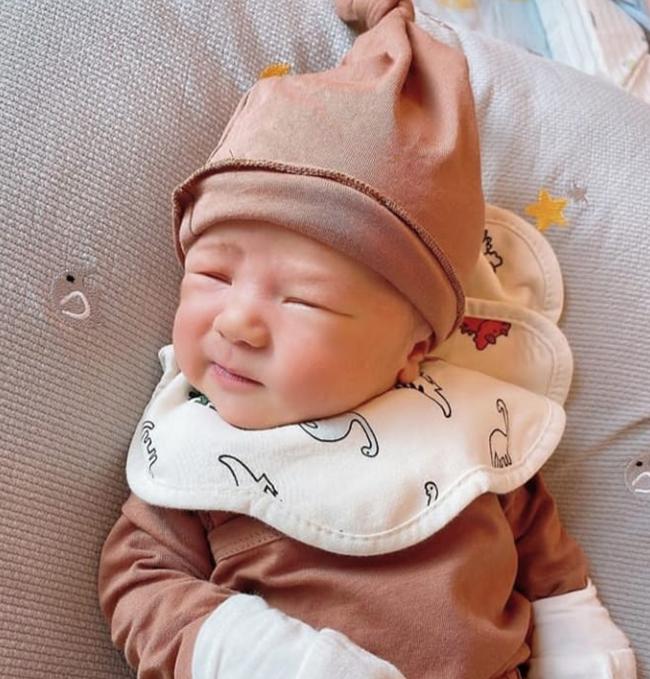 Con trai Duy Mạnh được bố mẹ chuẩn bị tiệc đầy tháng rực rỡ, tên thật của bé Ú Béo cũng được tiết lộ rồi đây - Ảnh 3.