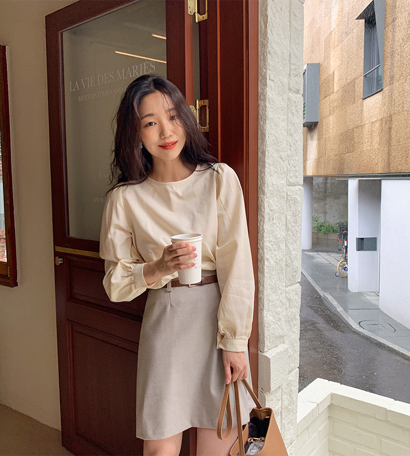 Áo blouse trơn màu đúng là chân ái của nàng công sở, có đến 10 cách diện mà cách nào cũng sang xịn hết cỡ - Ảnh 1.