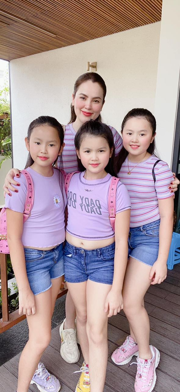 """Hoa hậu """"đeo nhẫn 21 tỷ"""" nuôi 3 con gái bé nào cũng xinh xắn, khỏe mạnh, chân dài miên man ai nhìn cũng ngưỡng mộ - Ảnh 3."""