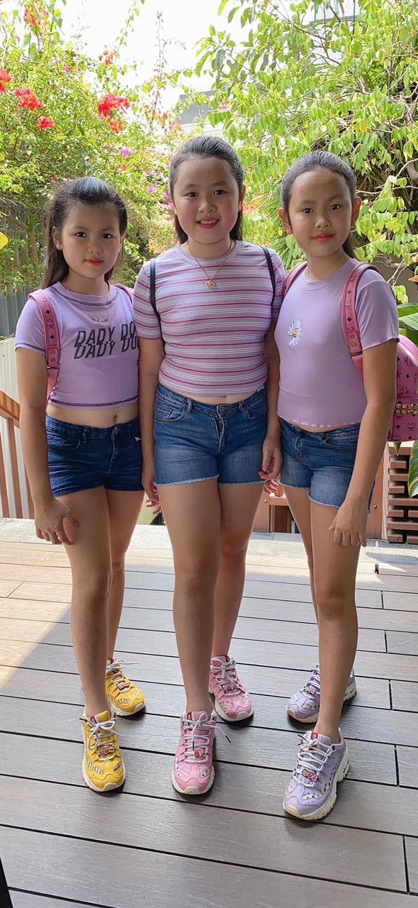 """Hoa hậu """"đeo nhẫn 21 tỷ"""" nuôi 3 con gái bé nào cũng xinh xắn, khỏe mạnh, chân dài miên man ai nhìn cũng ngưỡng mộ - Ảnh 4."""