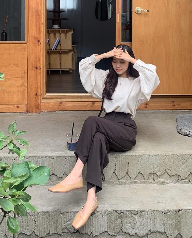 Áo blouse trơn màu đúng là chân ái của nàng công sở, có đến 10 cách diện mà cách nào cũng sang xịn hết cỡ - Ảnh 4.