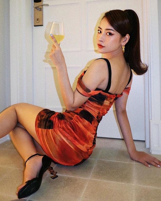 Hình như Chi Pu coi Kylie Jenner là idol thời trang thì phải: Hết lên đồ sexy y chang đến học theo cách pose hình phồn thực - Ảnh 1.