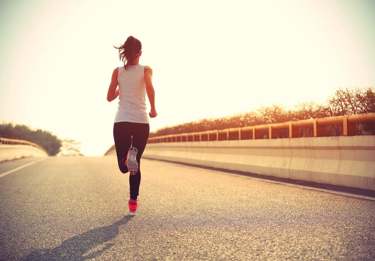 """Chạy bộ rất tốt để giảm cân và rèn luyện sức khỏe nhưng nếu chị em thực hiện trong 3 """"khung giờ vàng"""" này thì hiệu quả sẽ còn tăng lên gấp bội - Ảnh 1."""