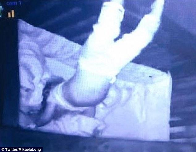 """Được nhờ đến nhà trông cháu một đêm, cô gái phát hoảng khi nhìn camera thấy tư thế ngủ kỳ lạ của đứa trẻ, """"cạch"""" không dám nhận trông thêm lần nữa - Ảnh 2."""