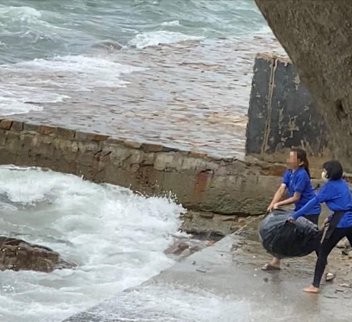 Phẫn nộ vì nhân viên quán cà phê vứt hàng chục bao tải rác xuống biển Vũng Tàu - Ảnh 2.