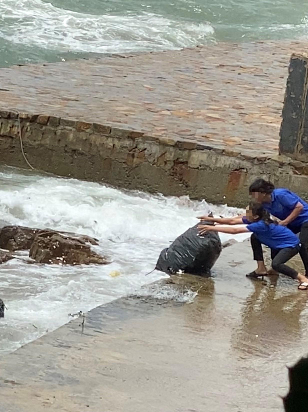 Phẫn nộ vì nhân viên quán cà phê vứt hàng chục bao tải rác xuống biển Vũng Tàu - Ảnh 3.