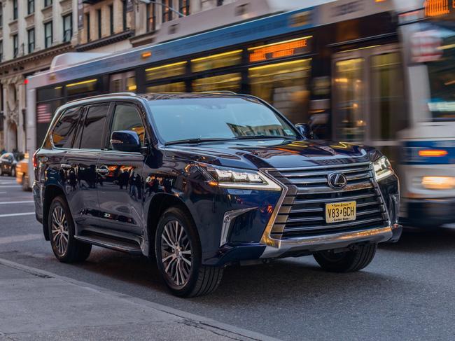 """Tất tần tật về xế sang Lexus 570 trong vụ đánh ghen ở Lý Nam Đế: Được gọi là """"xe chủ tịch"""", giá bán từ 8,34 tỷ đồng! - Ảnh 4."""