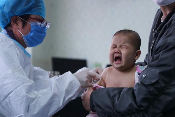Từ vụ bé 1 tuổi tử vong sau khi tiêm vắc xin viêm não Nhật Bản, đây là những việc cực kì quan trọng bố mẹ cần lưu ý khi đưa con đi tiêm - Ảnh 1.