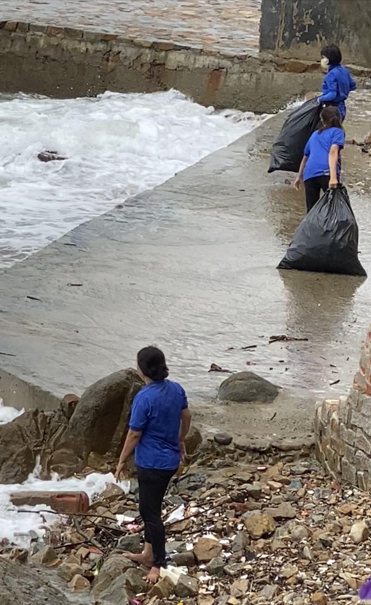 Phẫn nộ vì nhân viên quán cà phê vứt hàng chục bao tải rác xuống biển Vũng Tàu - Ảnh 1.