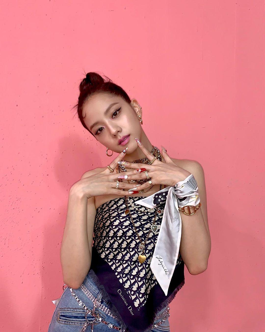 """Lên đồ giống hệt Jisoo, Minh Hằng vẫn """"hiền khô"""" so với idol Hoa hậu - Ảnh 2."""