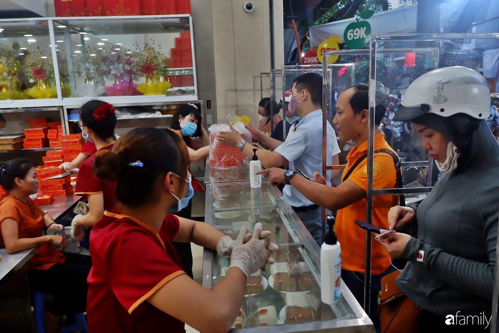 Đến hẹn lại lên, người Hà Nội xếp hàng chờ đến lượt mua tại các cửa hàng bánh Trung thu cổ truyền - Ảnh 13.