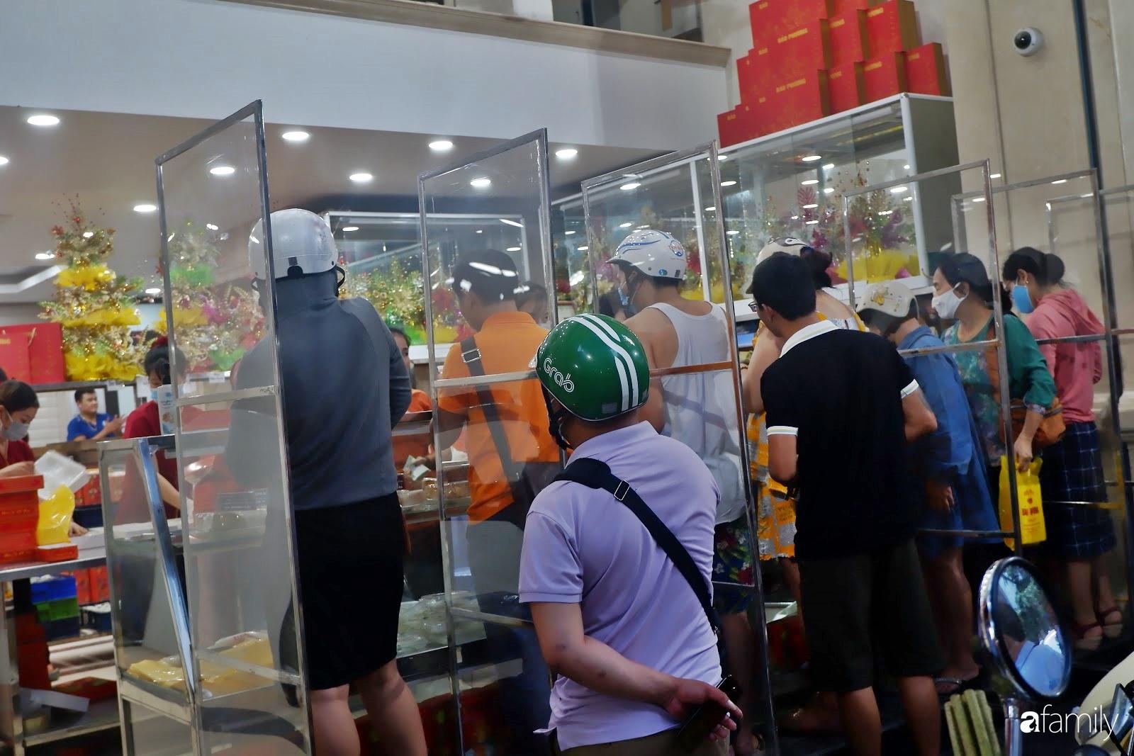 Đến hẹn lại lên, người Hà Nội xếp hàng chờ đến lượt mua tại các cửa hàng bánh Trung thu cổ truyền - Ảnh 8.
