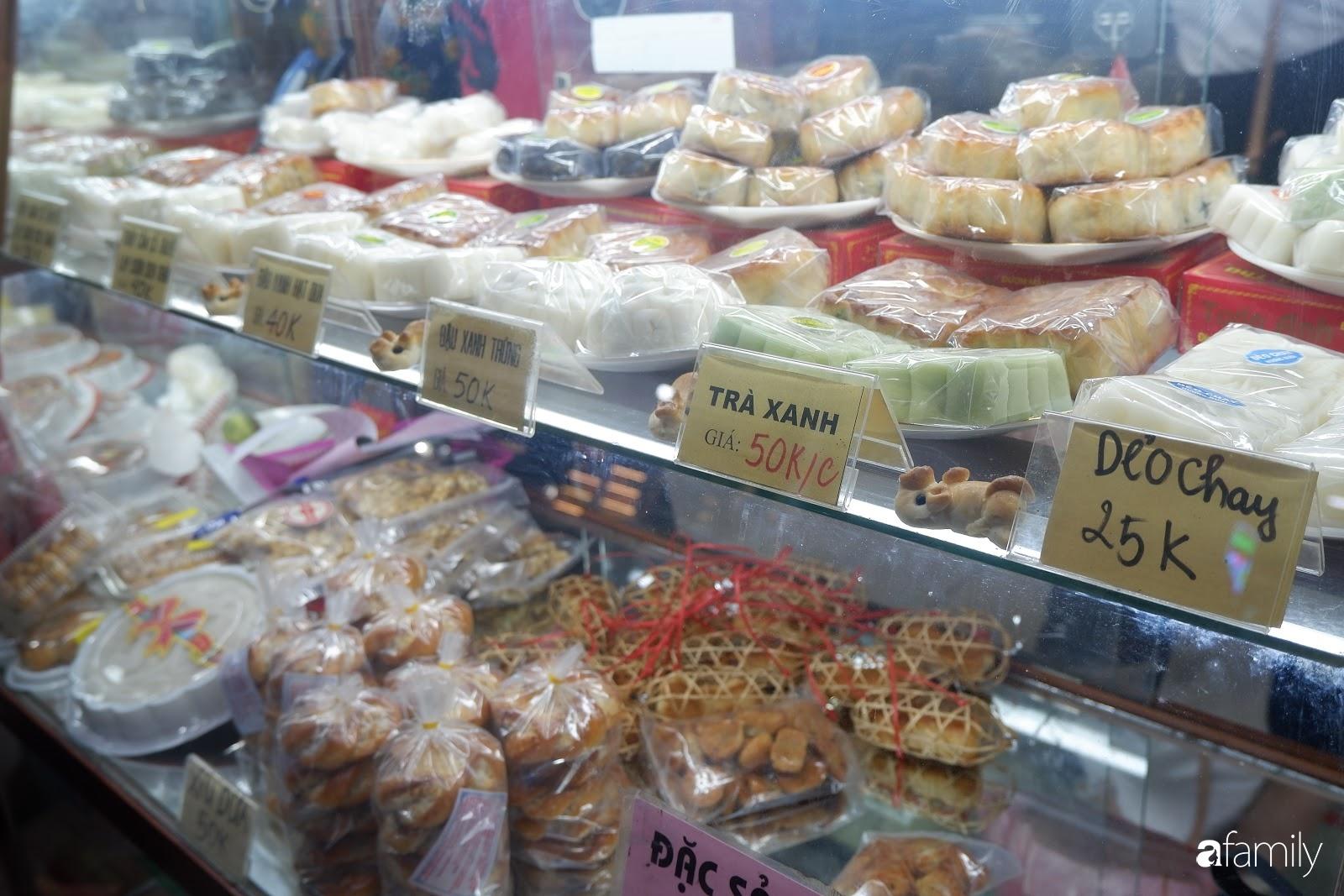 Đến hẹn lại lên, người Hà Nội xếp hàng chờ đến lượt mua tại các cửa hàng bánh Trung thu cổ truyền - Ảnh 6.