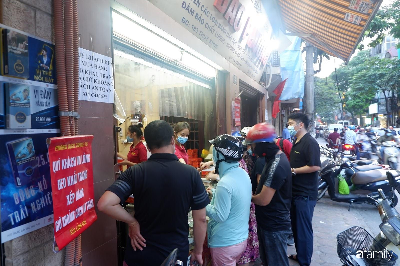 Đến hẹn lại lên, người Hà Nội xếp hàng chờ đến lượt mua tại các cửa hàng bánh Trung thu cổ truyền - Ảnh 3.
