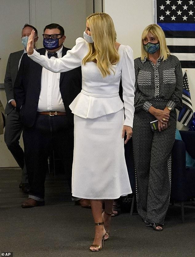 """""""Nữ thần"""" Ivanka Trump bất ngờ bị tố là người kiêu căng và bị chê bai lộ nhiều nhược điểm khi chọn trang phục gần 30 triệu đồng  - Ảnh 2."""