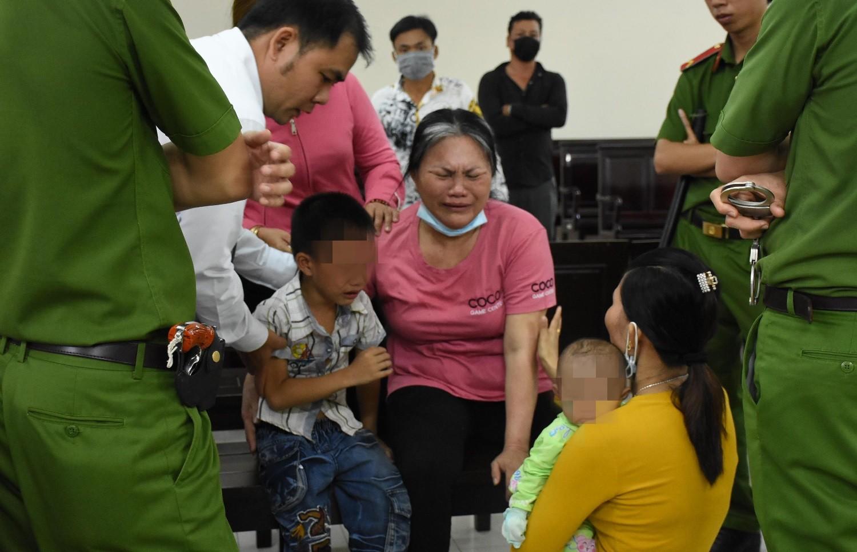Nghẹn lòng cảnh cậu bé 5 tuổi khóc trong phiên tòa xét xử mẹ tội mua bán người - Ảnh 3.