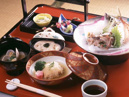 """Tại sao người Nhật ăn nhiều bữa, """"lười"""" tập thể dục mà tuổi thọ liên tục đứng đầu thế giới? Nhìn 3 cách họ uống nước bạn sẽ có ngay câu trả lời - Ảnh 3."""