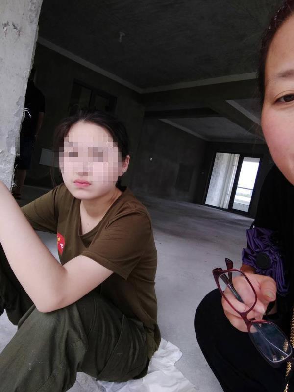 Cái chết bí ẩn của một nữ sinh được cho là tự sát: Camera giám sát bị hỏng nặng, nạn nhân bị 4 nam sinh bế lên tầng cao nhất của KTX - Ảnh 3.