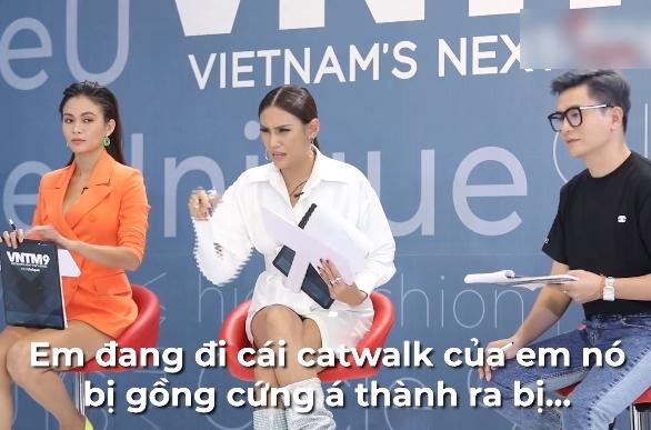"""Vietnam's Next Top Model: Nam Trung gay gắt với """"bản sao"""" Vũ Thu Phương vì đi quá ưỡn """"em đẩy xe trái cây đi đâu?"""" - Ảnh 2."""