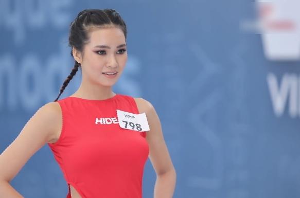"""Vietnam's Next Top Model: Nam Trung gay gắt với """"bản sao"""" Vũ Thu Phương vì đi quá ưỡn """"em đẩy xe trái cây đi đâu?"""" - Ảnh 7."""