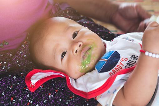 Bé 6 tháng tuổi đã bị sỏi thận, gia đình đưa đi khám, bác sĩ nói chính bà đã làm hại cháu  - Ảnh 1.