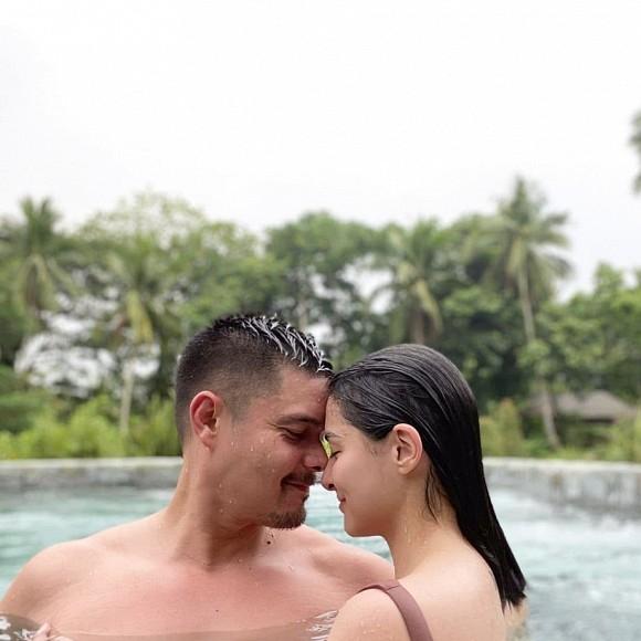 """Khoe khoảnh khắc tình tứ bên chồng tài tử, nhưng dân tình lại chỉ chú ý tới vòng 1 căng đầy của """"mỹ nhân đẹp nhất Philippines"""" - Ảnh 1."""
