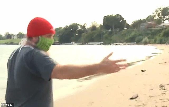 Đi dạo bãi biển bất ngờ nhìn thấy vật kỳ lạ bọc trong giấy bạc, người đàn ông tò mò mở ra xem rồi bủn rủn chân tay với cảnh tượng trước mắt - Ảnh 3.