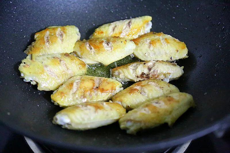Nhà không có lò nướng mà tôi vẫn làm được món cánh gà nướng thơm phức khiến cả nhà bất ngờ - Ảnh 5.
