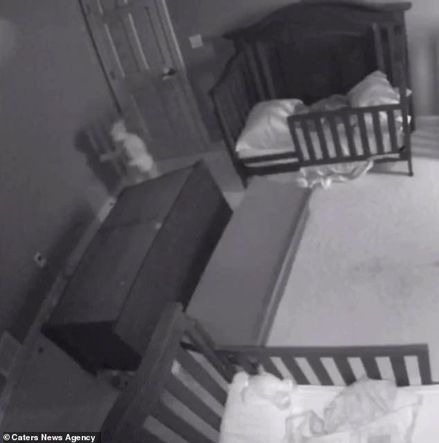 Thót tim chứng kiến cảnh chiếc tủ đổ ập vào người hai đứa trẻ - Ảnh 3.