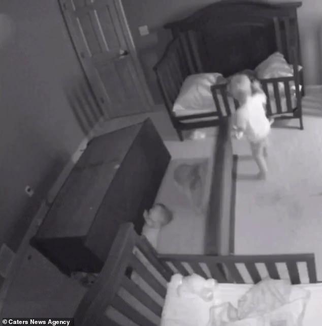 Thót tim chứng kiến cảnh chiếc tủ đổ ập vào người hai đứa trẻ - Ảnh 4.