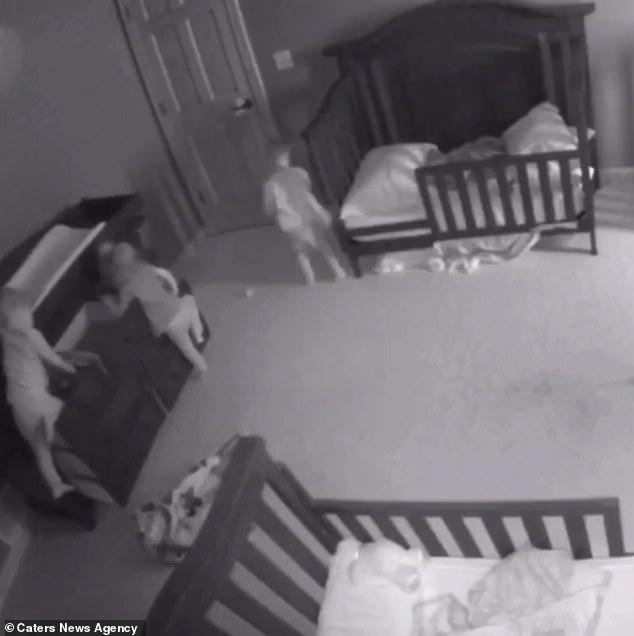 Thót tim chứng kiến cảnh chiếc tủ đổ ập vào người hai đứa trẻ - Ảnh 2.