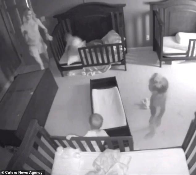 Thót tim chứng kiến cảnh chiếc tủ đổ ập vào người hai đứa trẻ - Ảnh 5.