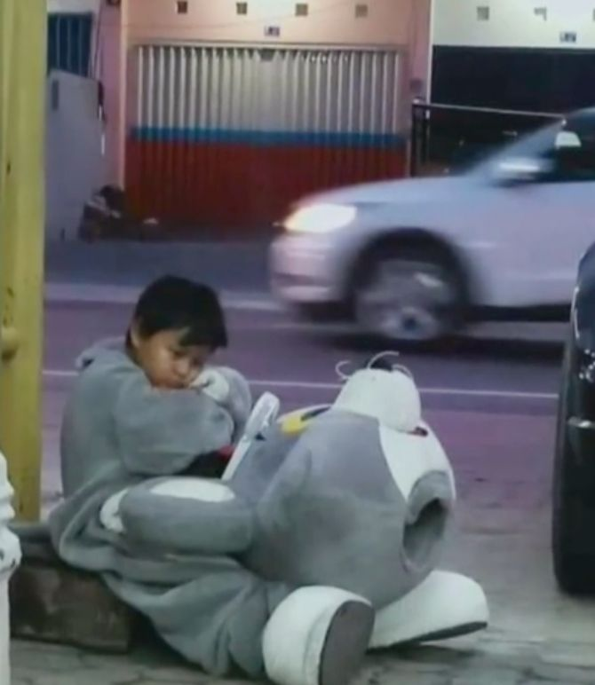Xót xa cậu bé 9 tuổi đi bộ 10km mỗi ngày để làm việc, chỉ mong có đủ tiền trang trải học phí  - Ảnh 1.