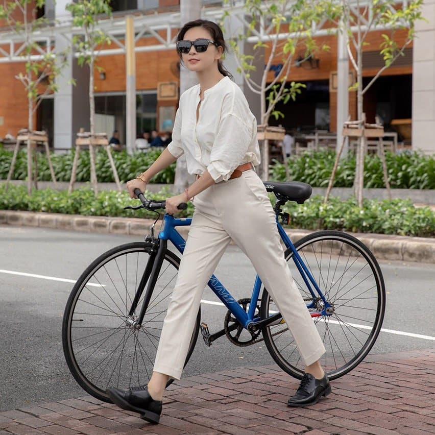 11 set đồ vừa đẹp còn vừa dễ mặc từ sao Việt mà bạn có thể áp dụng ngay cho style đi chơi ngày nghỉ lễ - Ảnh 4.