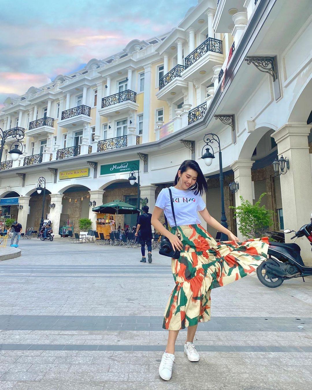 11 set đồ vừa đẹp còn vừa dễ mặc từ sao Việt mà bạn có thể áp dụng ngay cho style đi chơi ngày nghỉ lễ - Ảnh 8.