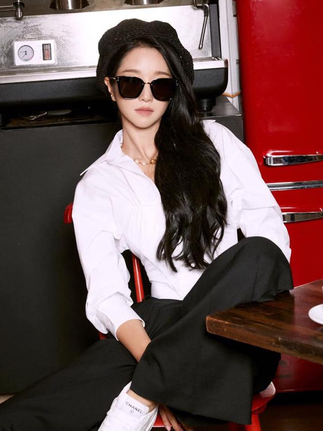 """Không hổ danh """"bà hoàng sang chảnh"""", Seo Ye Ji ăn vận kín bưng đeo kính đen sì vẫn lấn lướt vòng eo thon của Somi - Ảnh 2."""