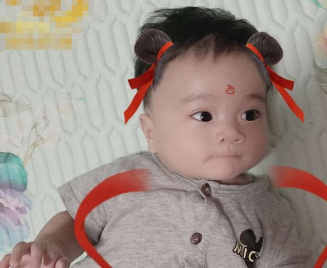 Từng sốc không nên lời khi sinh ra em bé đen xì như bao công, nhưng ngoại hình sau 2 tháng khiến ai cũng ngỡ ngàng - Ảnh 2.