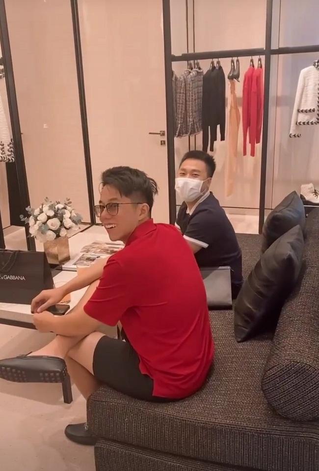 """Cùng cặp đôi Hương Giang đi mua sắm nhưng Hòa Minzy và bạn trai thiếu gia lại chiếm hết """"spotlight"""" nhờ màn ôm ấp tình tứ - Ảnh 1."""