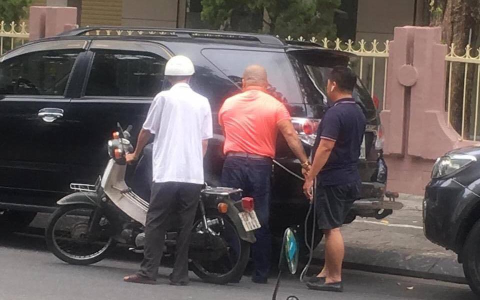 Thấy ông lão vất vả dắt chiếc xe hết xăng, người tài xế ngỏ ý giúp đỡ, nhưng điều bất ngờ nằm ở món quà cho đi không mong nhận lại