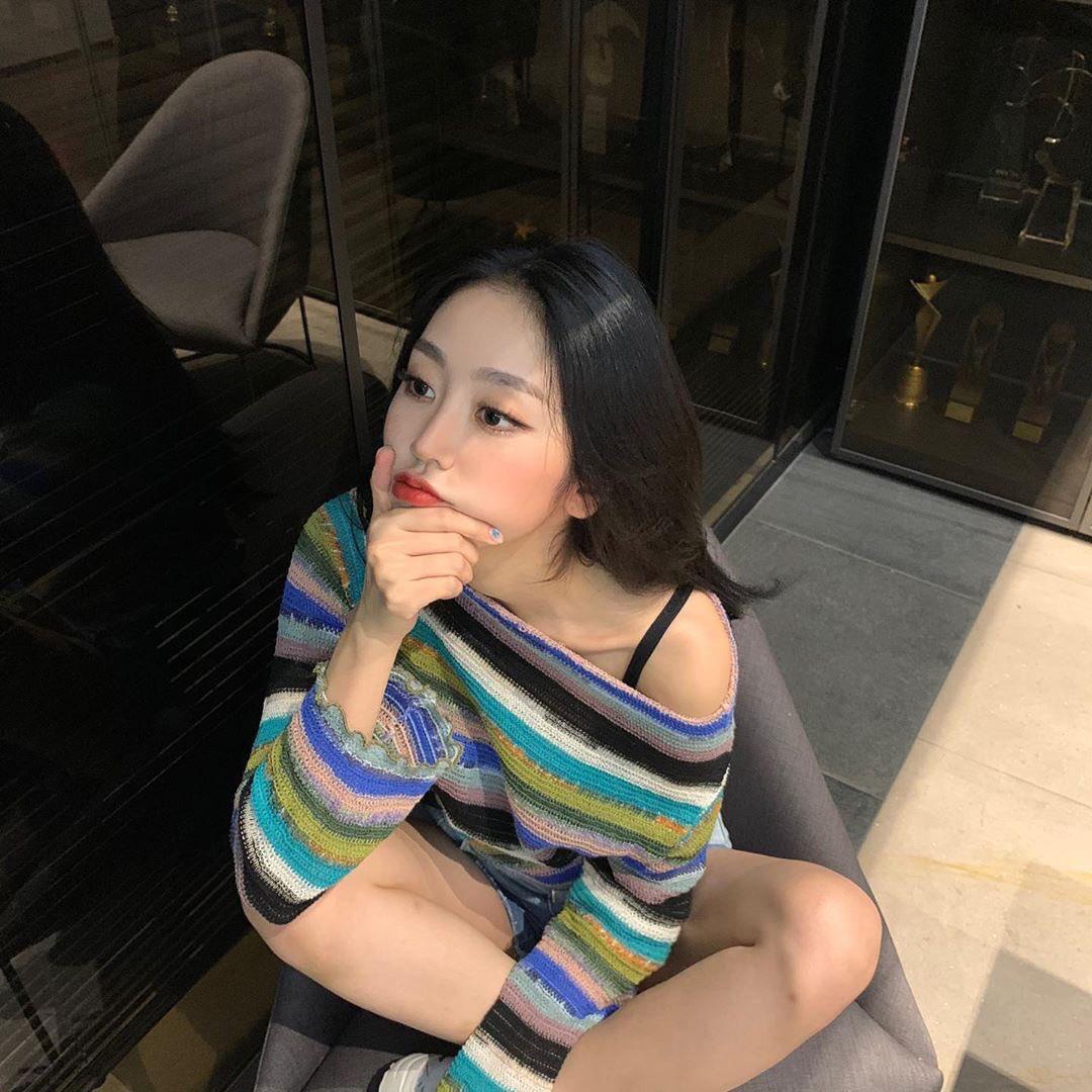 Idol Hàn có tuyệt chiêu kéo lệch áo lả lơi siêu sexy mà vẫn sang chảnh - Ảnh 11.