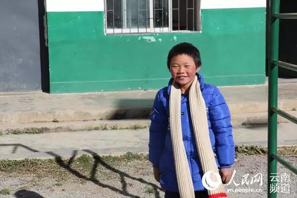 """""""Cậu bé băng giá"""" nổi tiếng bất đắc dĩ với mái tóc phủ đầy tuyết và cuộc sống kỳ tích sau 2 năm, người mẹ bỏ nhà đi đã quay về - Ảnh 5."""
