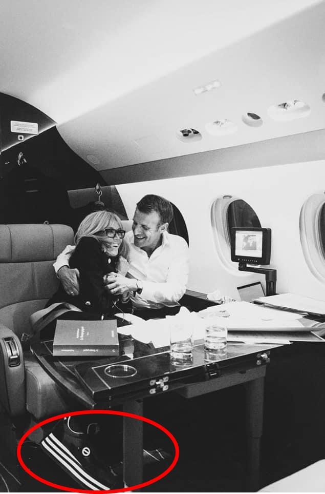 """Chụp ảnh được chồng ôm tình tứ trên máy bay riêng, Đệ nhất phu nhân Pháp lại gây chú ý bằng một chi tiết """"kém duyên"""" đầy khó hiểu - Ảnh 2."""