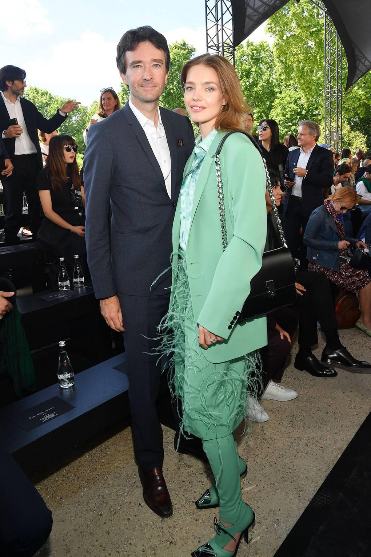 Siêu mẫu Nga và con trai chủ tịch LVMH kết hôn giản dị, ngắm váy cưới đơn giản của cô dâu lại càng bất ngờ - Ảnh 6.