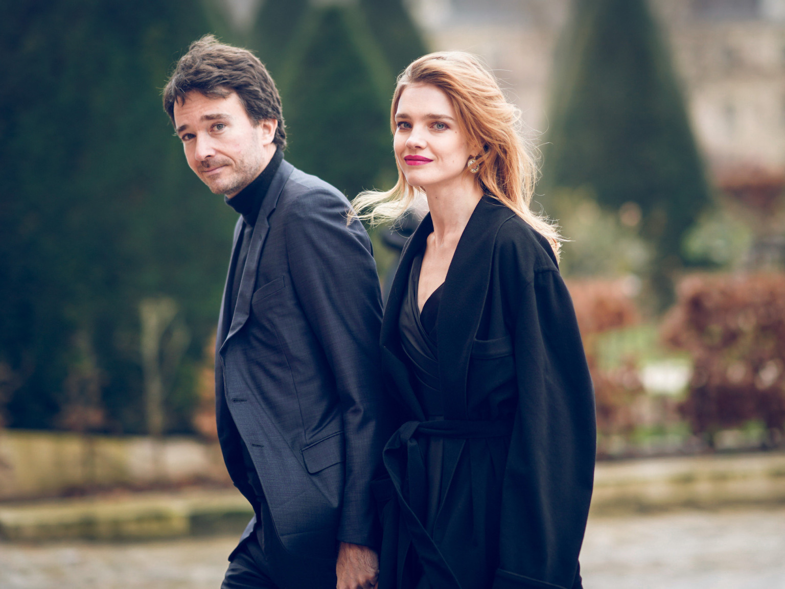 Siêu mẫu Nga và con trai chủ tịch LVMH kết hôn giản dị, ngắm váy cưới đơn giản của cô dâu lại càng bất ngờ - Ảnh 4.