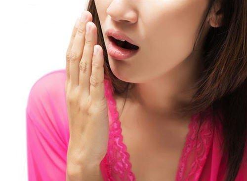 4 cách khử mùi hôi miệng siêu hiệu quả trong 4 hoàn cảnh: Vừa ngủ dậy, khi bạn lo lắng, lúc ăn no hoặc đói bụng - Ảnh 1.