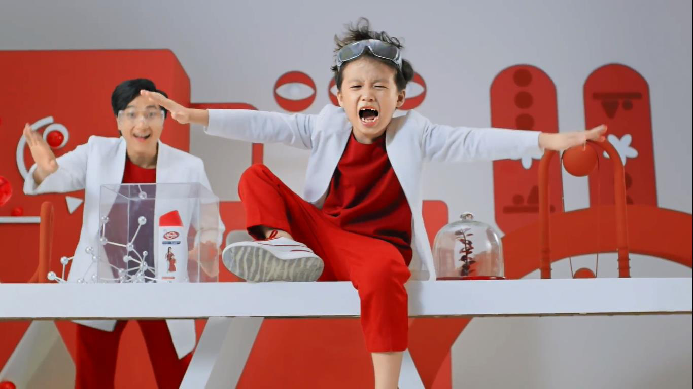 Từ chán học, rapper nhí Piggy gây bất ngờ khi thích thú đến trường trong MV mới - Ảnh 2.