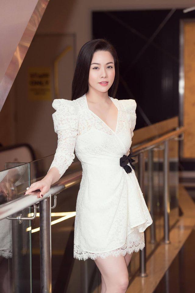 """Nhật Kim Anh đăng ảnh cùng dòng chú thích: """"Em là cô gái yêu màu trắng. Vì màu trắng thuần khiết và tinh khôi""""."""