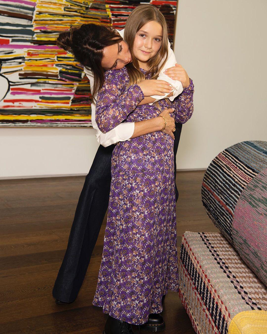 Cô út Harper Beckham xúng xính diện váy do mẹ Vic thiết kế riêng nhưng bộ cánh này lại gây nhiều khen chê trái chiều - Ảnh 1.