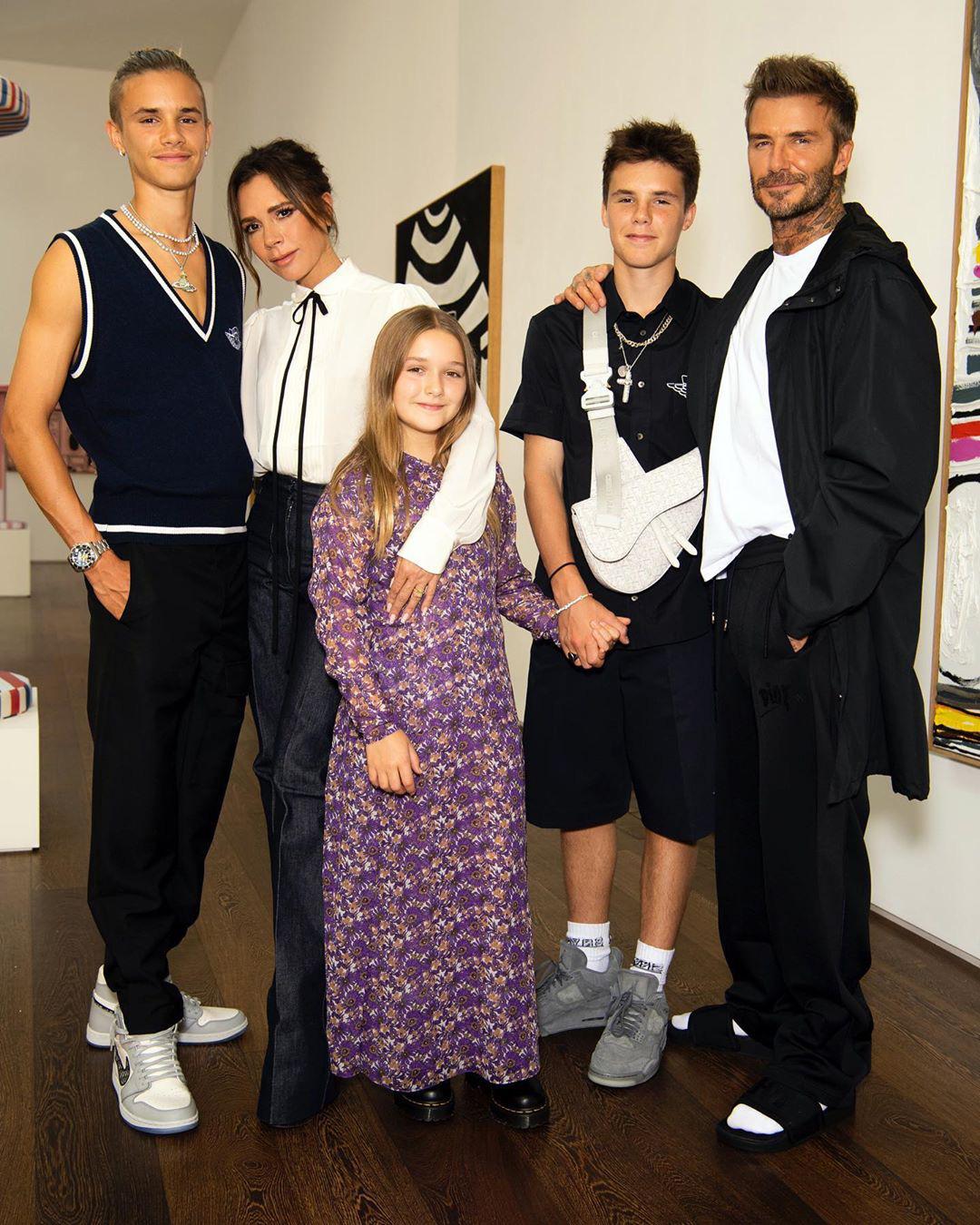 Cô út Harper Beckham xúng xính diện váy do mẹ Vic thiết kế riêng nhưng bộ cánh này lại gây nhiều khen chê trái chiều - Ảnh 2.