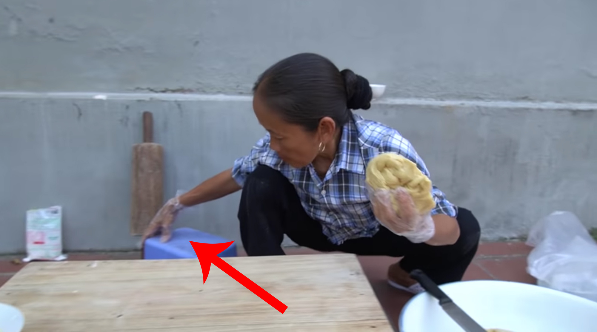 Chưa hết hoảng hồn với món bánh tiêu phiên bản kinh dị của Bà Tân Vlog, dân mạng lại phát hiện thêm sự cố mất vệ sinh - Ảnh 5.